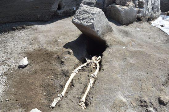 pompei nuovi scavi scheletro schiacciato